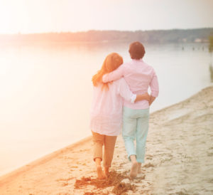 Paar am Strand glücklich nach Familientherapie