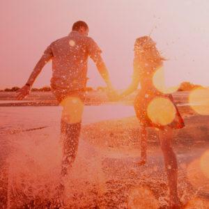 Begeistertes Paar lässt nach Paartherapie Wasser spritzen