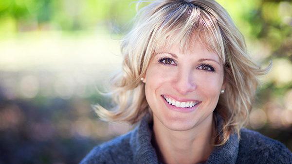 Zufriedene Frau nach Paartherapie