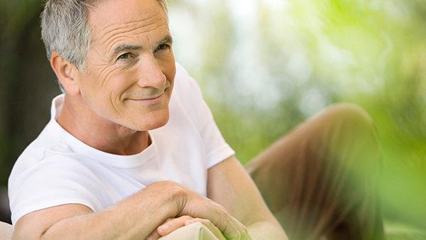 Zufriedener Mann nach Paartherapie
