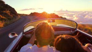 Paar im Auto auf dem Weg zur Familientherapie