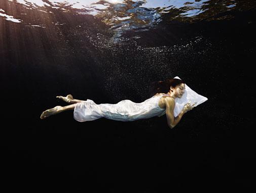Schwimmende Frau unter Wasser