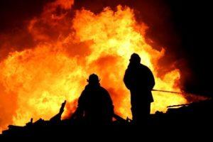 Feuer auf dem Dach - 2 Feuerwehrmänner beim Löschen
