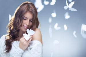 Frau mit tollen weißen Blüten