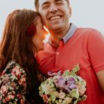 Lachendes Paar in einer Beziehung im Glück