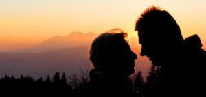 Glückliches Pärchen nach der Psychotherapie im Sonnenuntergang