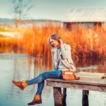 Frau auf dem Steg Seele baumeln lassen Kundenstimme