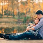 Paar in Love auf dem Steg zum Beziehungswochenende
