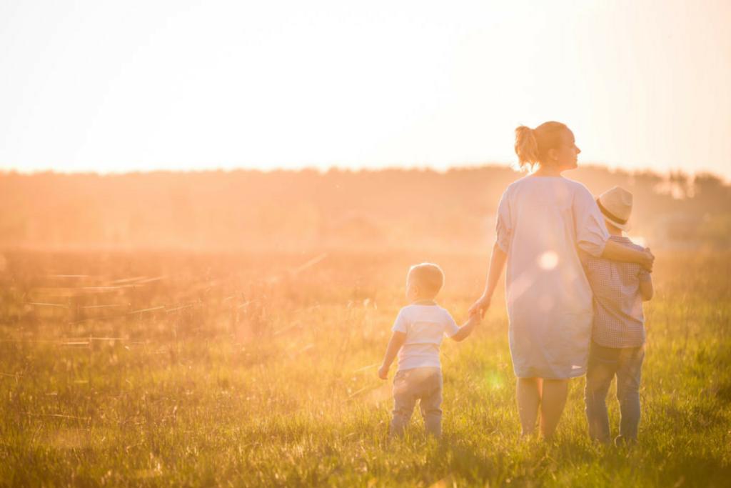 Frau mit Kindern auf dem Feld Patchworkfamilie