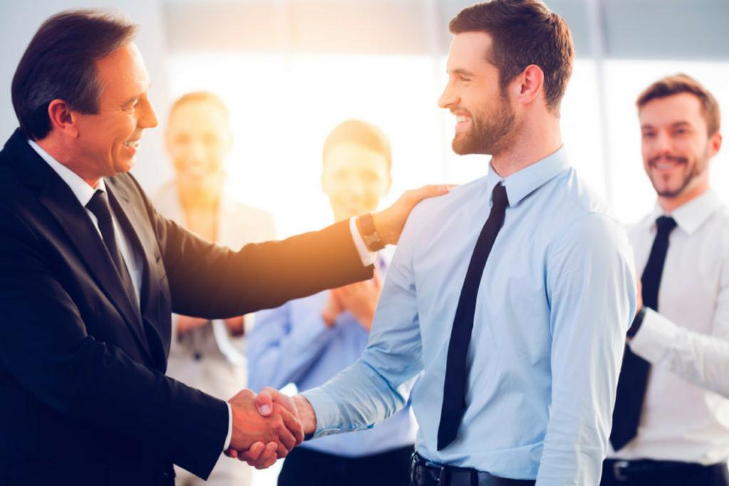 2 Herren begrüssen sich zum Mitarbeitergespräch