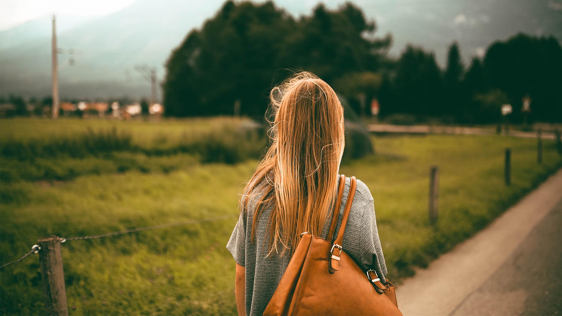 Frau blickt zum Horizont