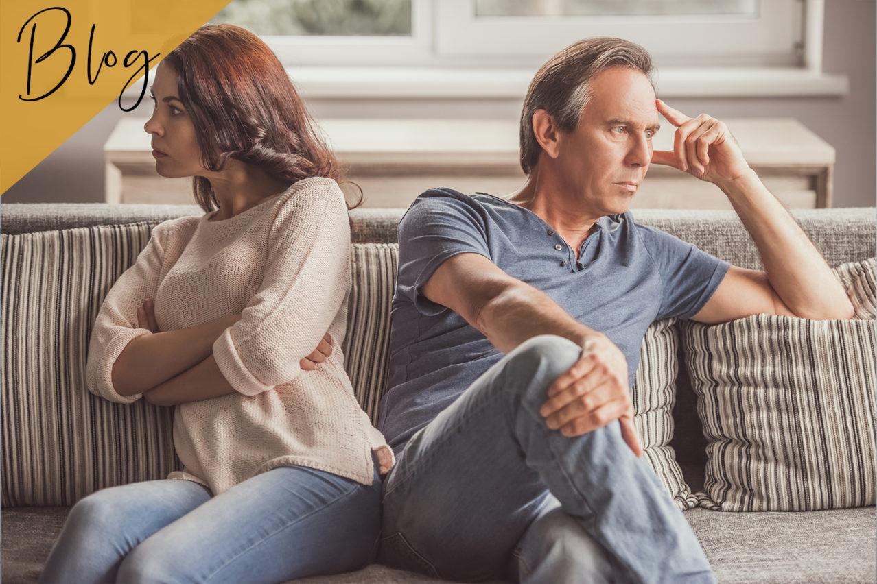 Paar wendet sich im Streit voneinander ab