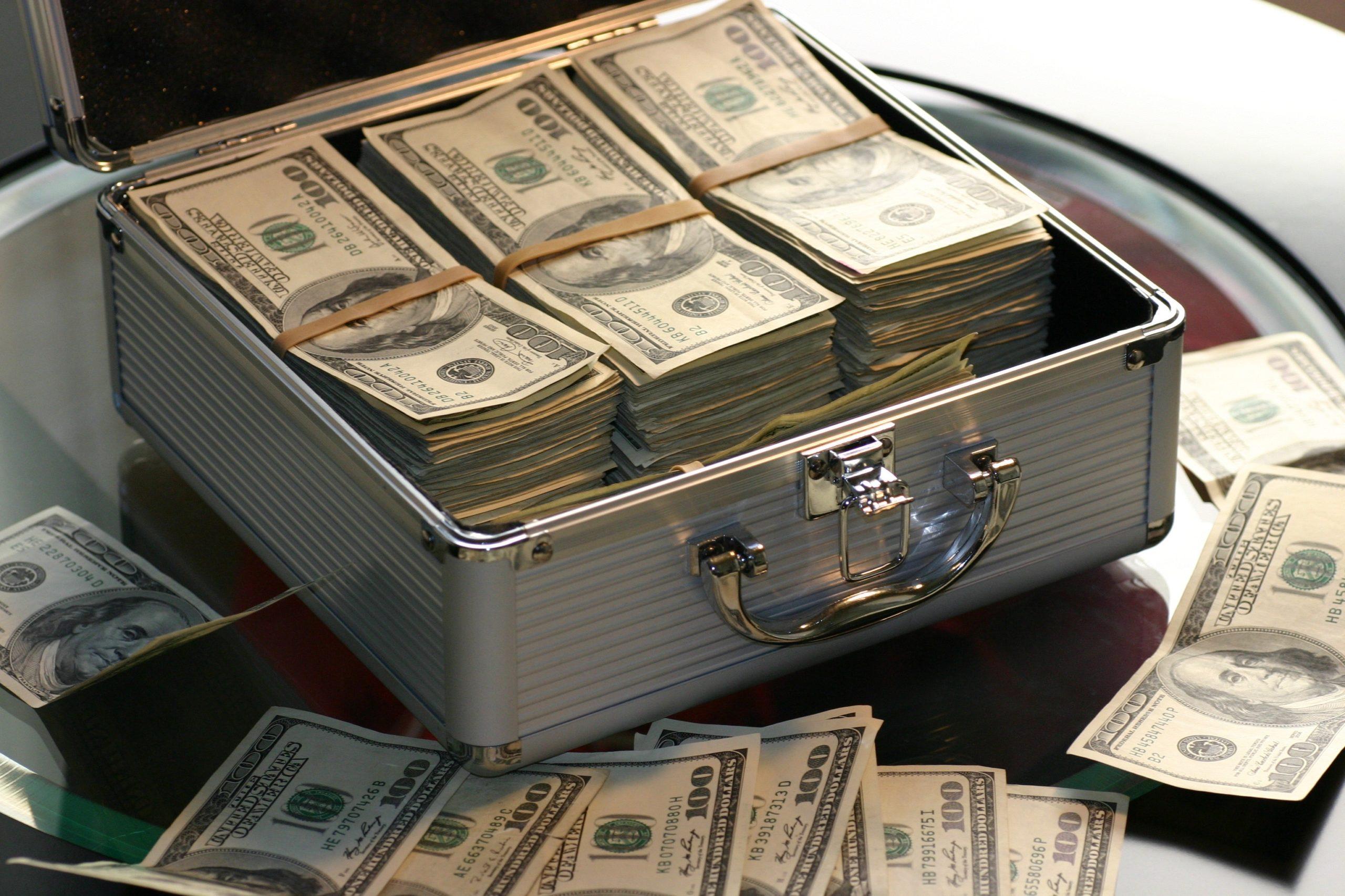Geldkoffer voller Scheine
