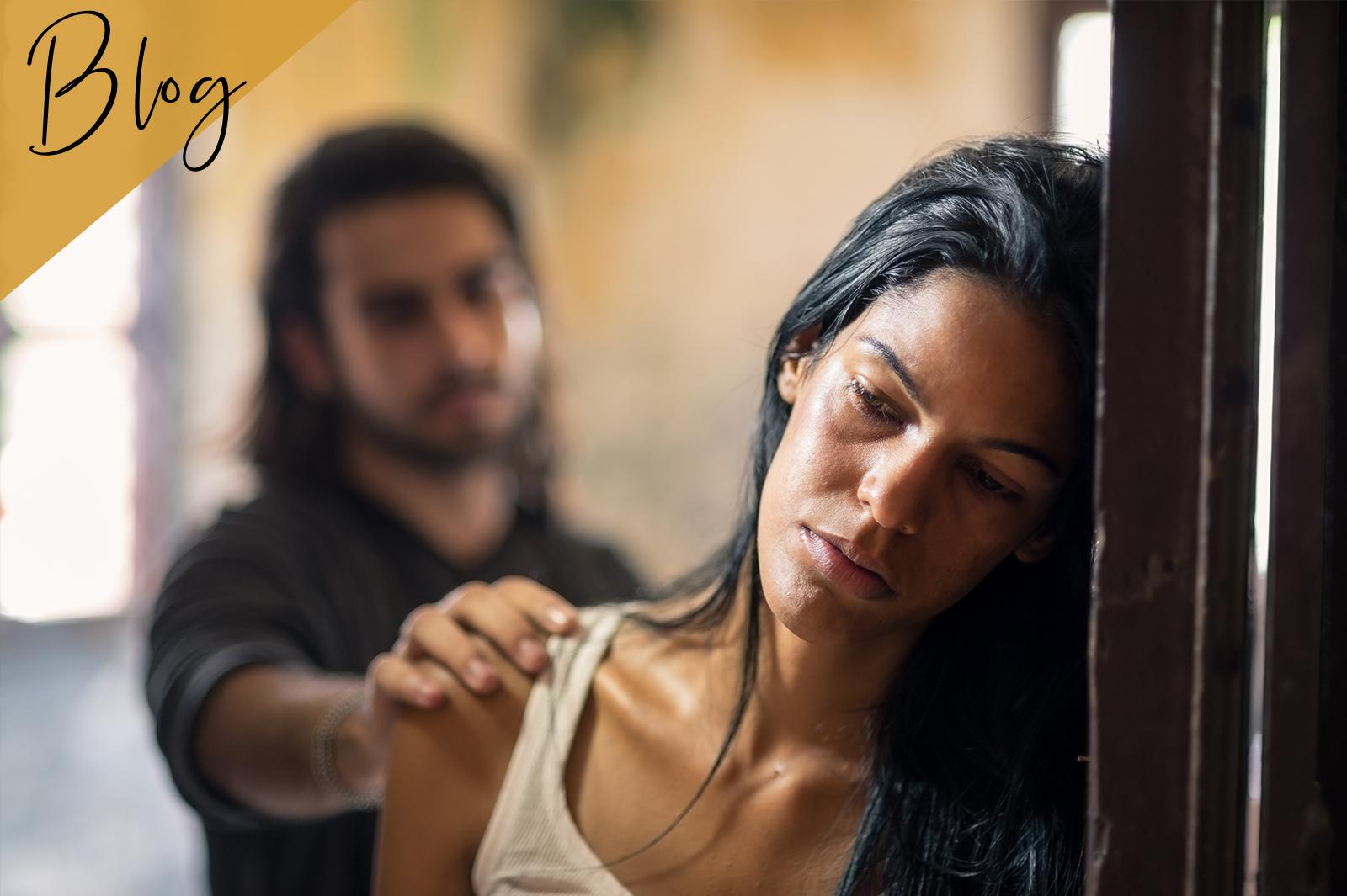 Frau wendet sich von Mann ab nach Streit
